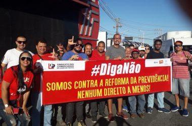Lauro de Freitas: Manifestantes interditam via em protesto contra governo federal